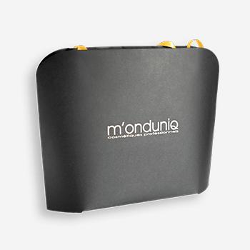 Czarna torba papierowa ze złotym logotypem